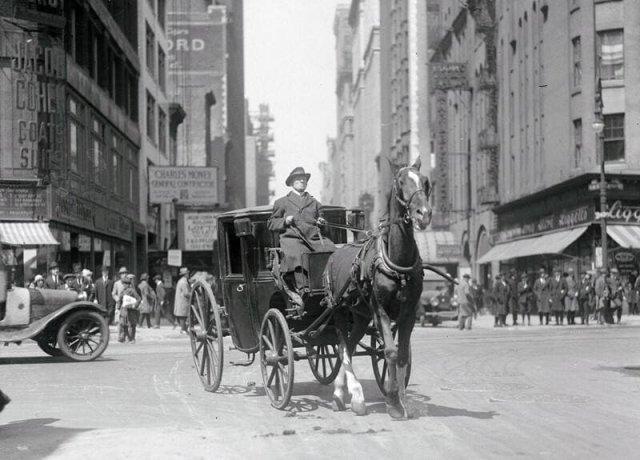 Последний кэб. 72-летний Джон Оттерман, кэбмен с 40-летним стажем в последний раз едет по Нью-Йорку, окончательно переходящему на такси. Апрель 1922г.