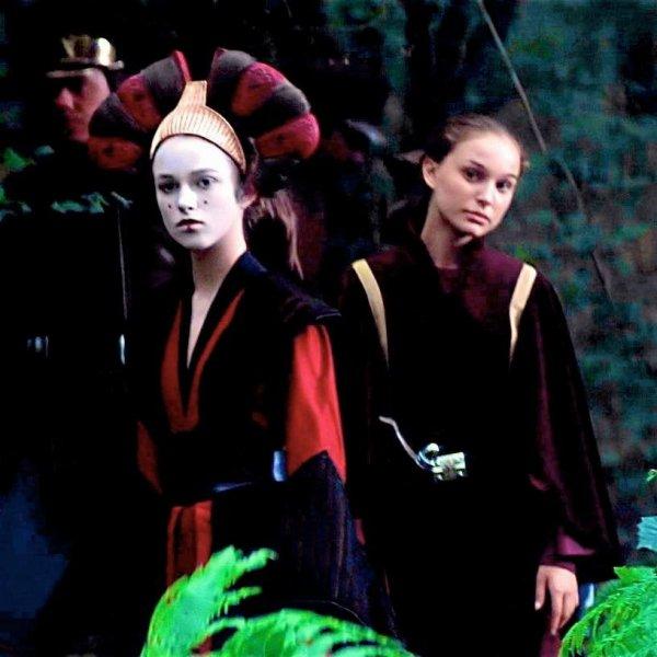 Кира Найтли и Натали Портман на съёмках фильма «Звёздные войны. Эпизод I: Скрытая угроза»