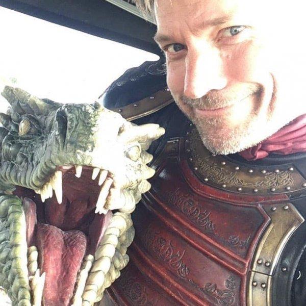Николай Костер-Вальдау обнимается с дракончиком на съёмках «Игры престолов»