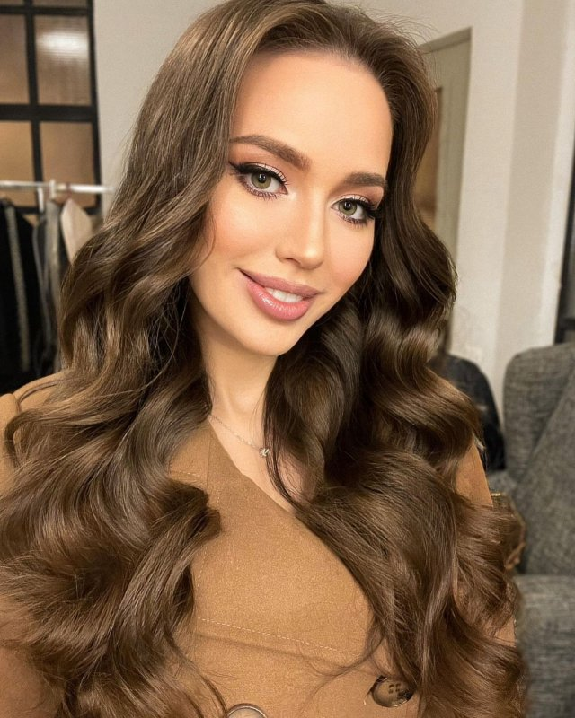 Жена футболиста Дмитрия Тарасова - модель Анастасия Костенко демонстрирует волосы