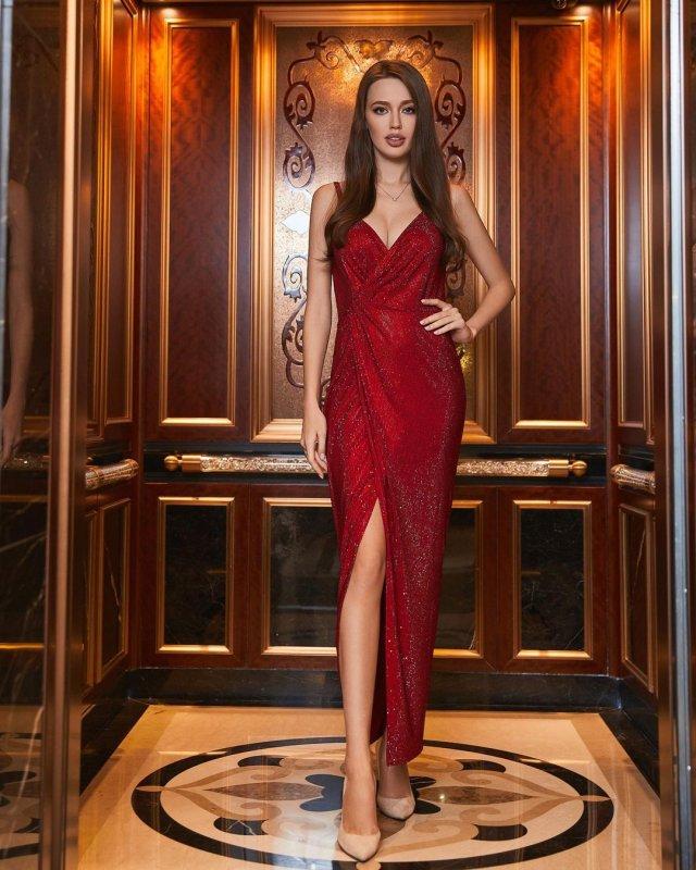 Жена футболиста Дмитрия Тарасова - модель Анастасия Костенко в красном платье