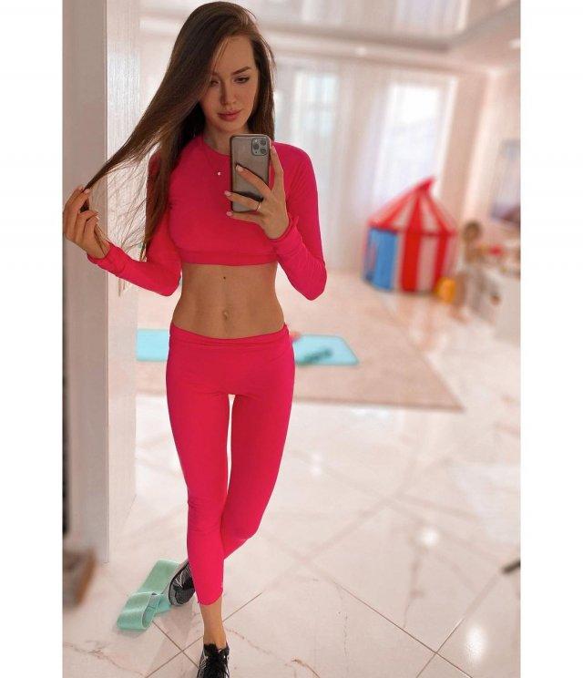 Жена футболиста Дмитрия Тарасова - модель Анастасия Костенко в розовом спортивном костюме