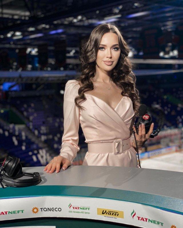 Жена футболиста Дмитрия Тарасова - модель Анастасия Костенко в белом платье на льду