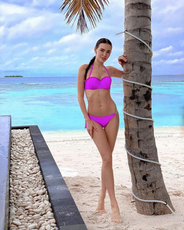 Жена футболиста Дмитрия Тарасова - модель Анастасия Костенко в розовом купальнике