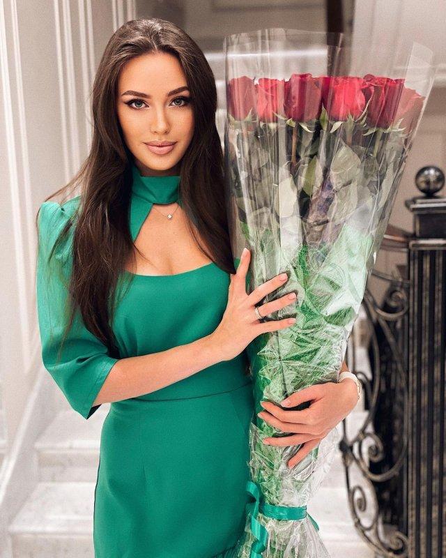 Жена футболиста Дмитрия Тарасова - модель Анастасия Костенко в зеленом платье