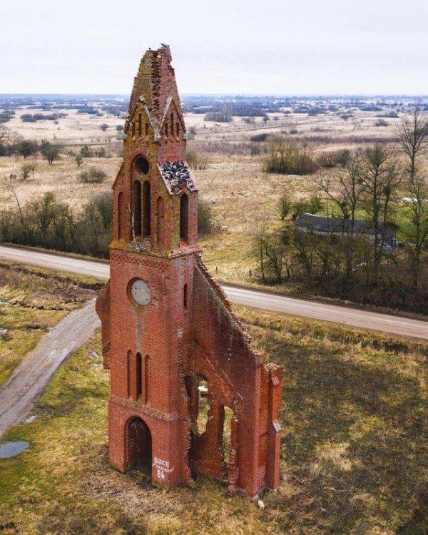 Заброшенная немецкая церковь в Калининградской области в России