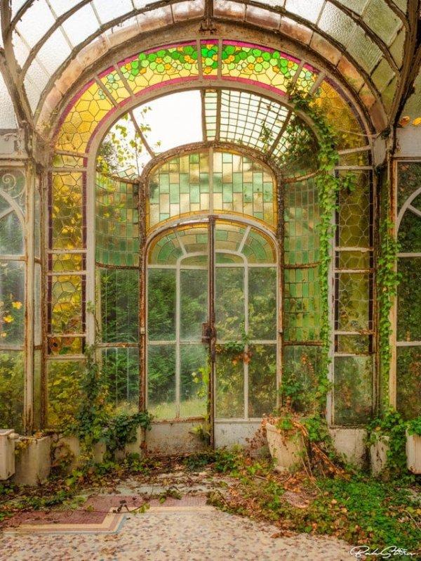 Заброшенный зимний сад заброшенного особняка, Франция