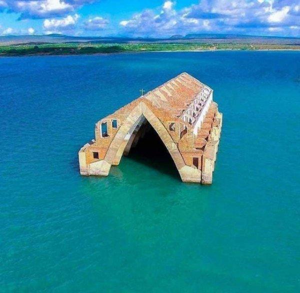 Затопленная церковь в городе Петроландия, штат Пернамбуку, Бразилия