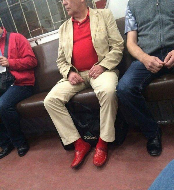 мужчина в красных мокасинах