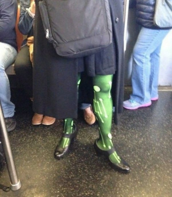 женщина в зеленых колготках