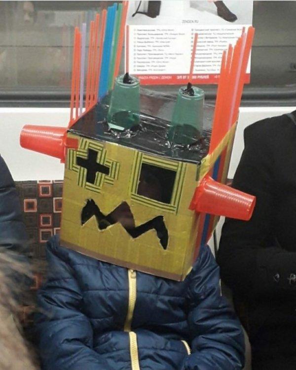 парень с коробкой на голове
