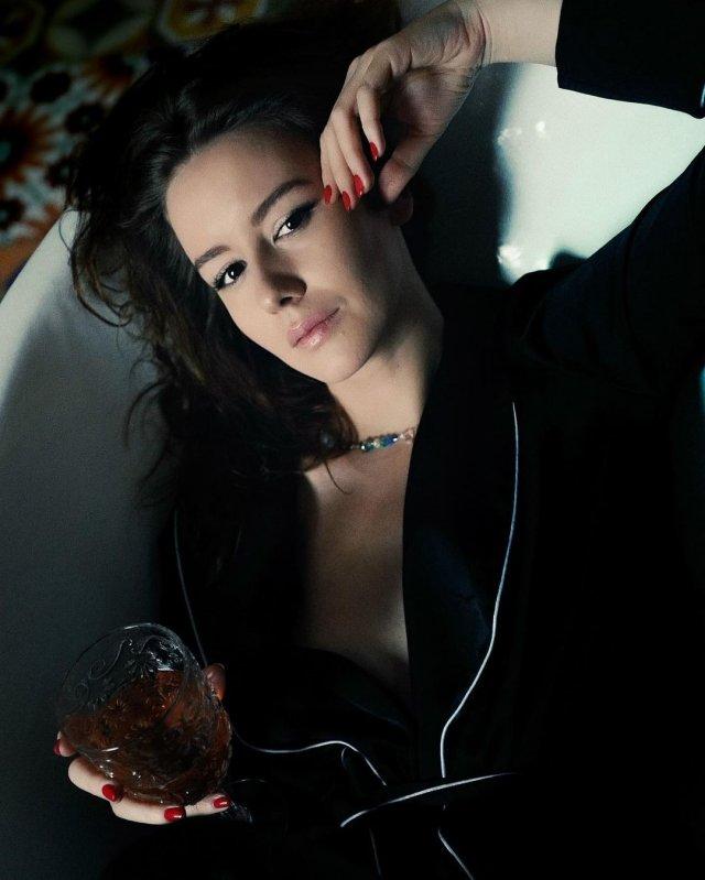 Ирина Старшенбаум в черном пальто