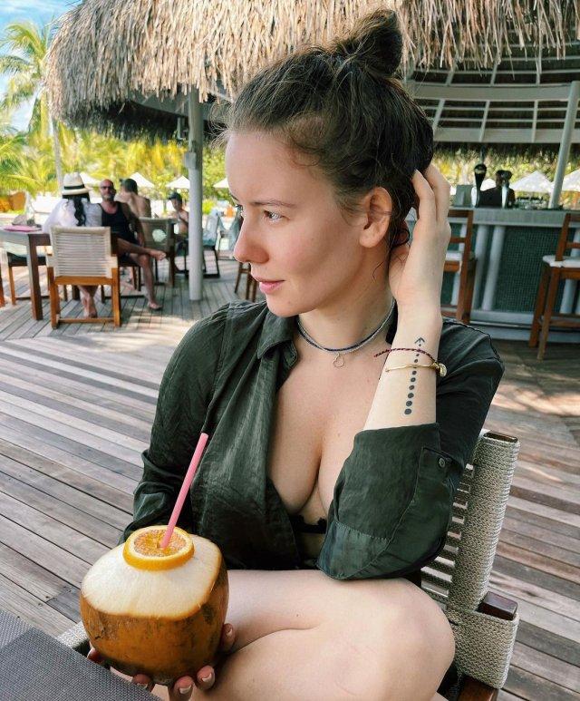 Ирина Старшенбаум в зеленой тунике на отдыхе демонстрирует грудь