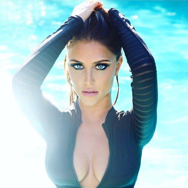 Кэсси Сербо - звезда сериала «Добиться или сломаться» в водном костюме с открытым декольте