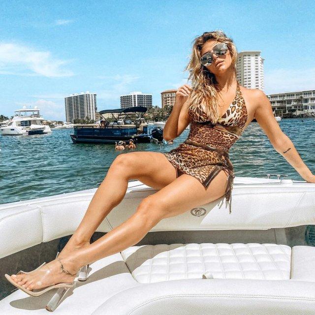 Кэсси Сербо - звезда сериала «Добиться или сломаться» в леопардовом платье на яхте