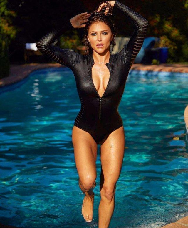Кэсси Сербо - звезда сериала «Добиться или сломаться» в черном купальнике с декольте