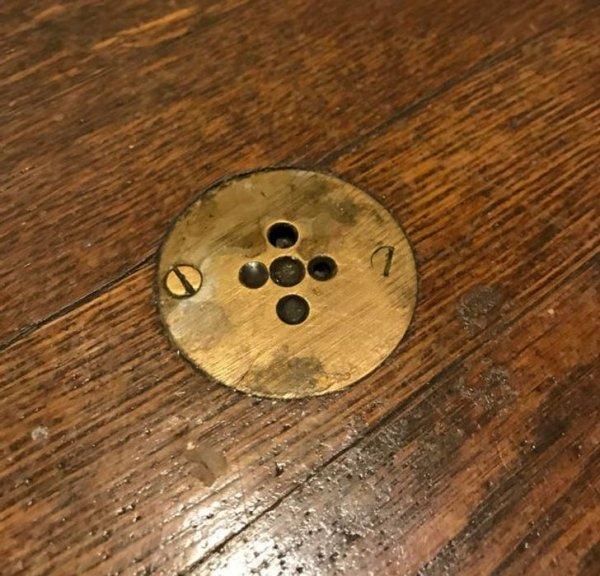 кнопка, при помощи которой в комнату можно было позвать прислугу