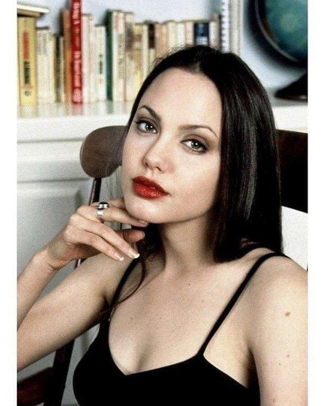 Анджелина Джоли, 1990 г.