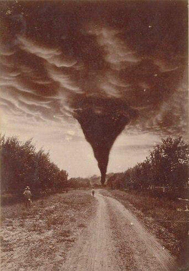 Одна из первых фотографий торнадо, 1898 год.