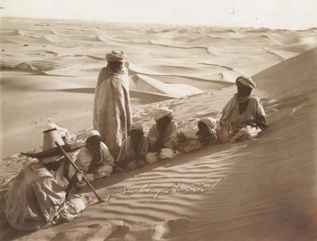 Дети обучаются грамоте, Тунис. Песок Сахары в качестве классной доски, 1914 год