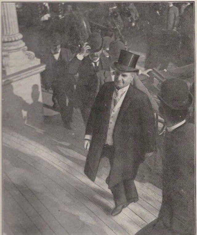 За считанные мгновения до того, как 25-й президент США Уильям Мак-Кинли был застрелен анархистом Леоном Чолгошем, 1901 год.