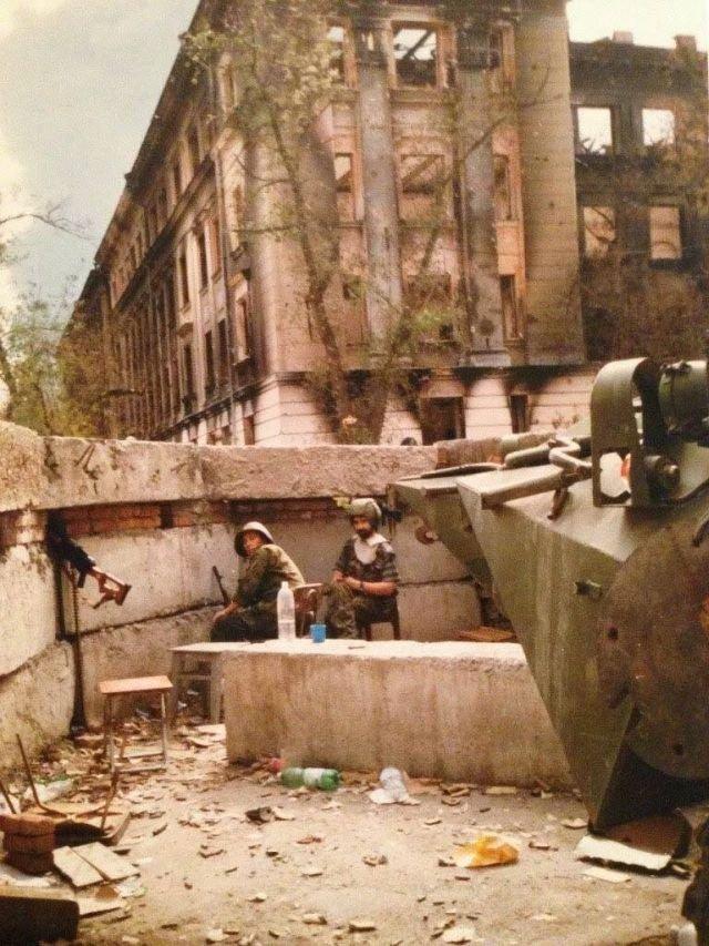Бойцы отряда удерживающие здание УФСБ Грозного. Первая Чеченская война. Лето 1996 года