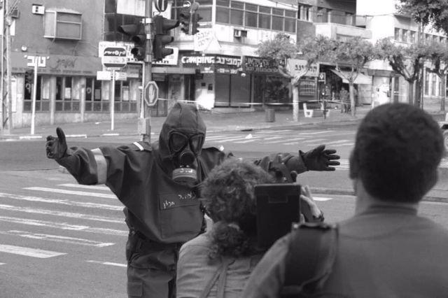 Израильский военнослужащий общается с журналистами
