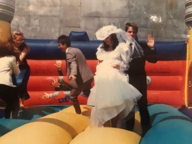 Молодожёны решили попрыгать на батуте. Россия, 1990-е годы.
