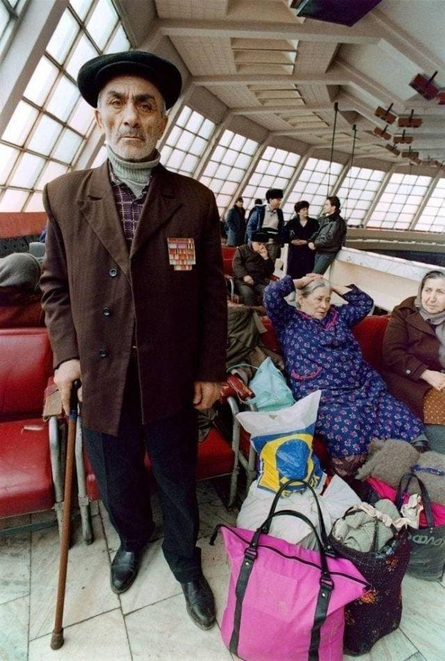 Пожилые армянские беженцы ждут помощи в аэропорту Еревана
