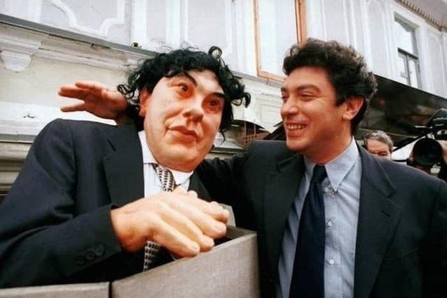 Борис Немцов со своей куклой из телепрограммы «Куклы», Москва, 1996 год.