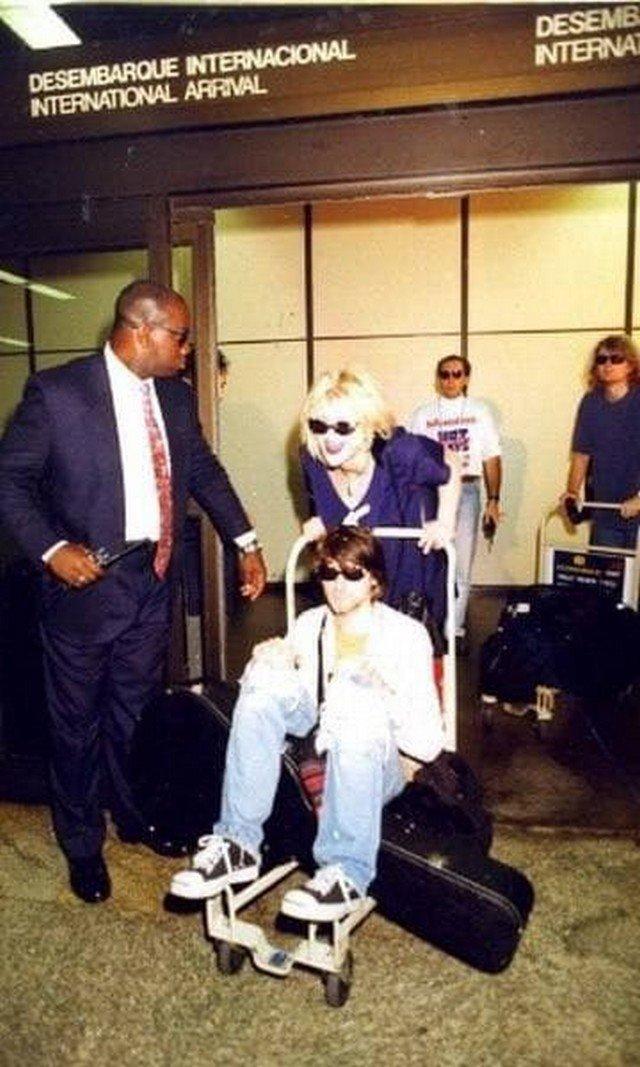 Курт Кобейн катается на багажной тележке по залу прибытия аэропорта Сан-Пауло. Бразилия, 15 января 1993 года.