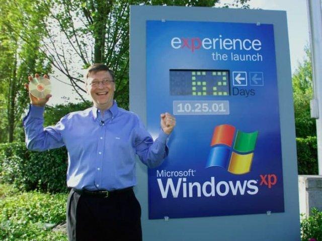 Билл Гейтс держит диск с Windows XP рядом со счетчиком показывающим количество дней до ее официального выхода, 24 августа 2001 года, Редмонд
