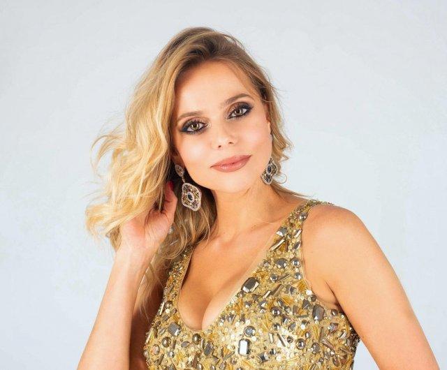 """экс-солистка группы """"Блестящие"""" Ксения Новикова в золотом платье"""