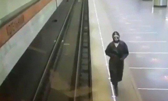 """Девушка на станции метро """"Котельники"""" в Москве решила порадовать работников"""