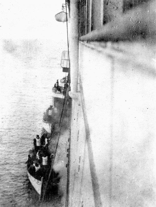 Выжившие с Титаника, которых подобрал пассажирский пароход Карпатия в 1912 году.