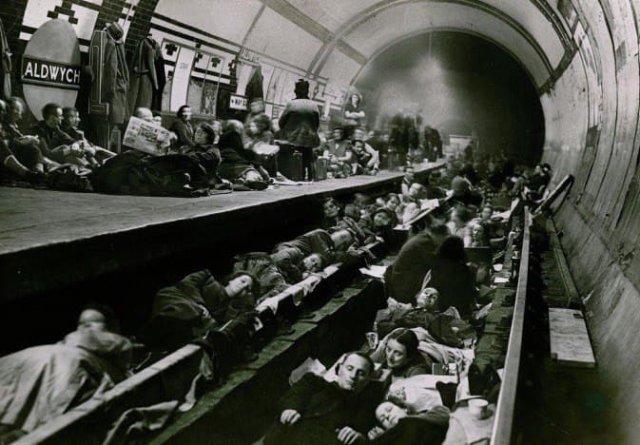Сцена на станции метро Олдвич, используемой как бомбоубежище во время налетов немецкой авиации. Лондон, 1940 год.