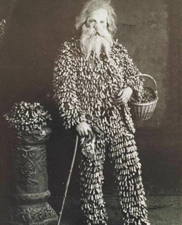 Продавец арахиса в костюме из арахиса, 1890 год.