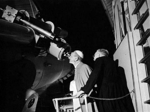 Папа Павел VI наблюдает в телескоп высадку «Аполлона-11» на Луне. 1969 год.