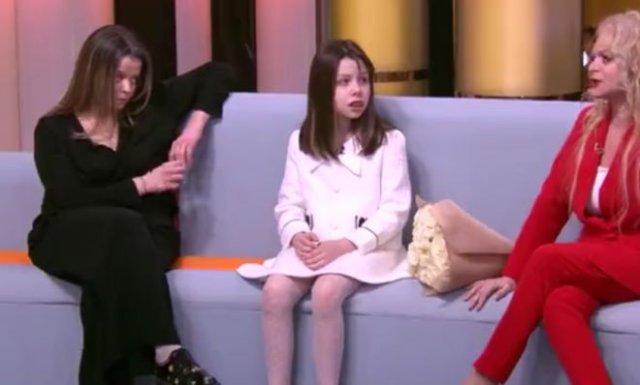 Странное поведение дочери Ларисы Долиной Ангелины Миончинской - подозревают какие-то вещества