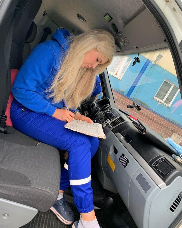 Фельдшер из Петербурга Александра Жукова в машине скорой помощи