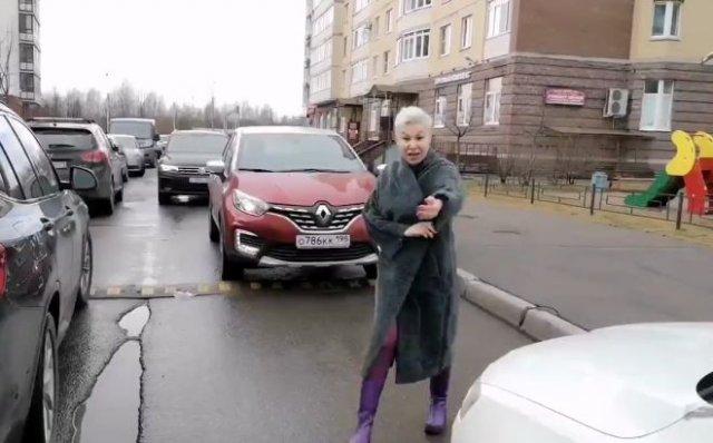 В Санкт-Петербурге неадекватная дама перекрыла дорогу и устроила скандал - оказалось, что она работн