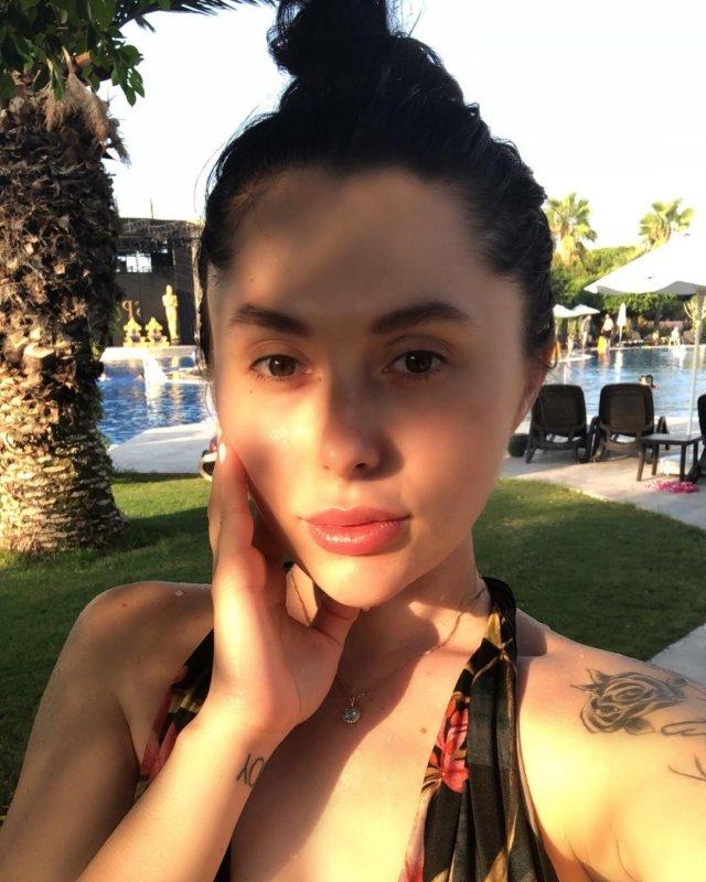 Ева Карицкая - жена рэпера Паши Техника из Versus Battle в черном купальнике