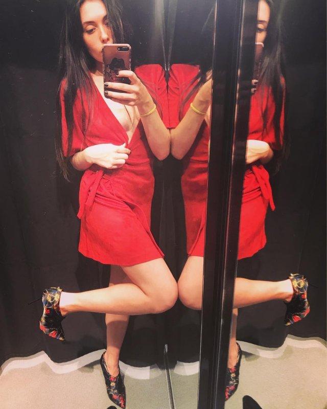 Ева Карицкая - жена рэпера Паши Техника из Versus Battle в красном платье
