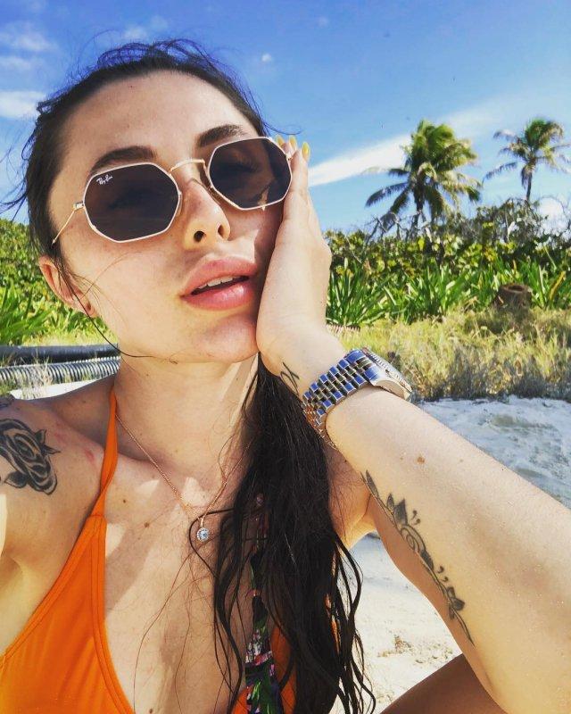 Ева Карицкая - жена рэпера Паши Техника из Versus Battle в очках на море
