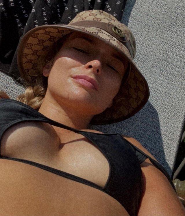 Украинская девушка-боец UFC Марина Мороз в черном купальнике