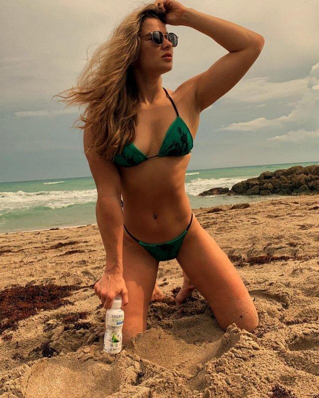 Украинская девушка-боец UFC Марина Мороз в бикини на пляже