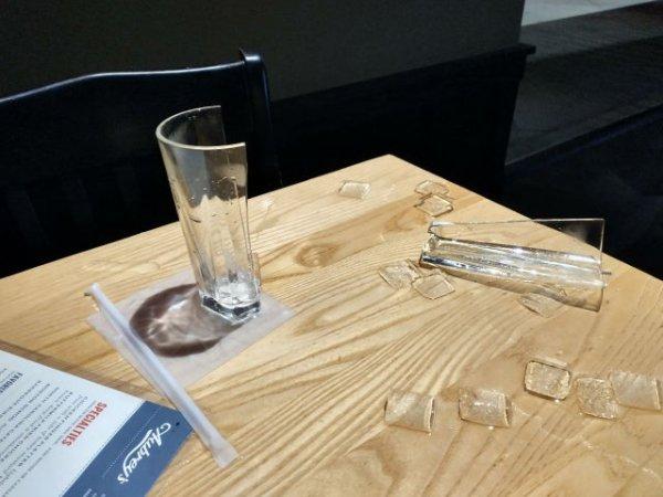 Когда официантка поставила на стол мой стакан с ледяной водой, он раскололся пополам