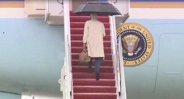 Президент США Джо Байден снова споткнулся, когда поднимался по трапу на самолет