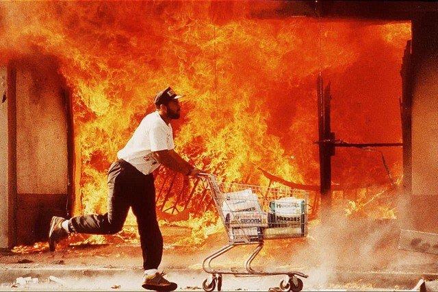 Мародер с украденными памперсами во время Лос-Анджелесского бунта, 1992