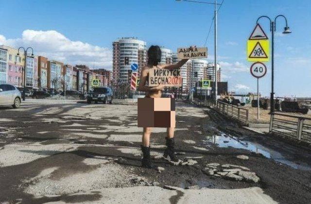 Девушка из Иркутска раздевается, чтобы привлечь внимание к ямам на дорогах
